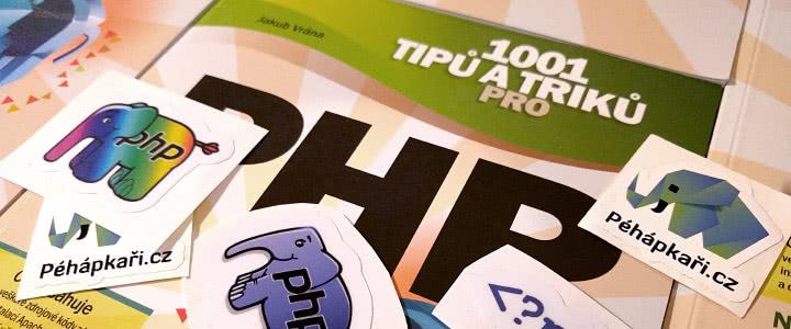 Kniha 1001tipů a triků pro PHP od Jakuba Vrány a samolepky od Péhápkařů