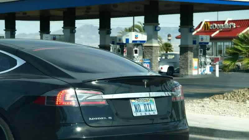 Tesla Model S před benzínovou pumpou